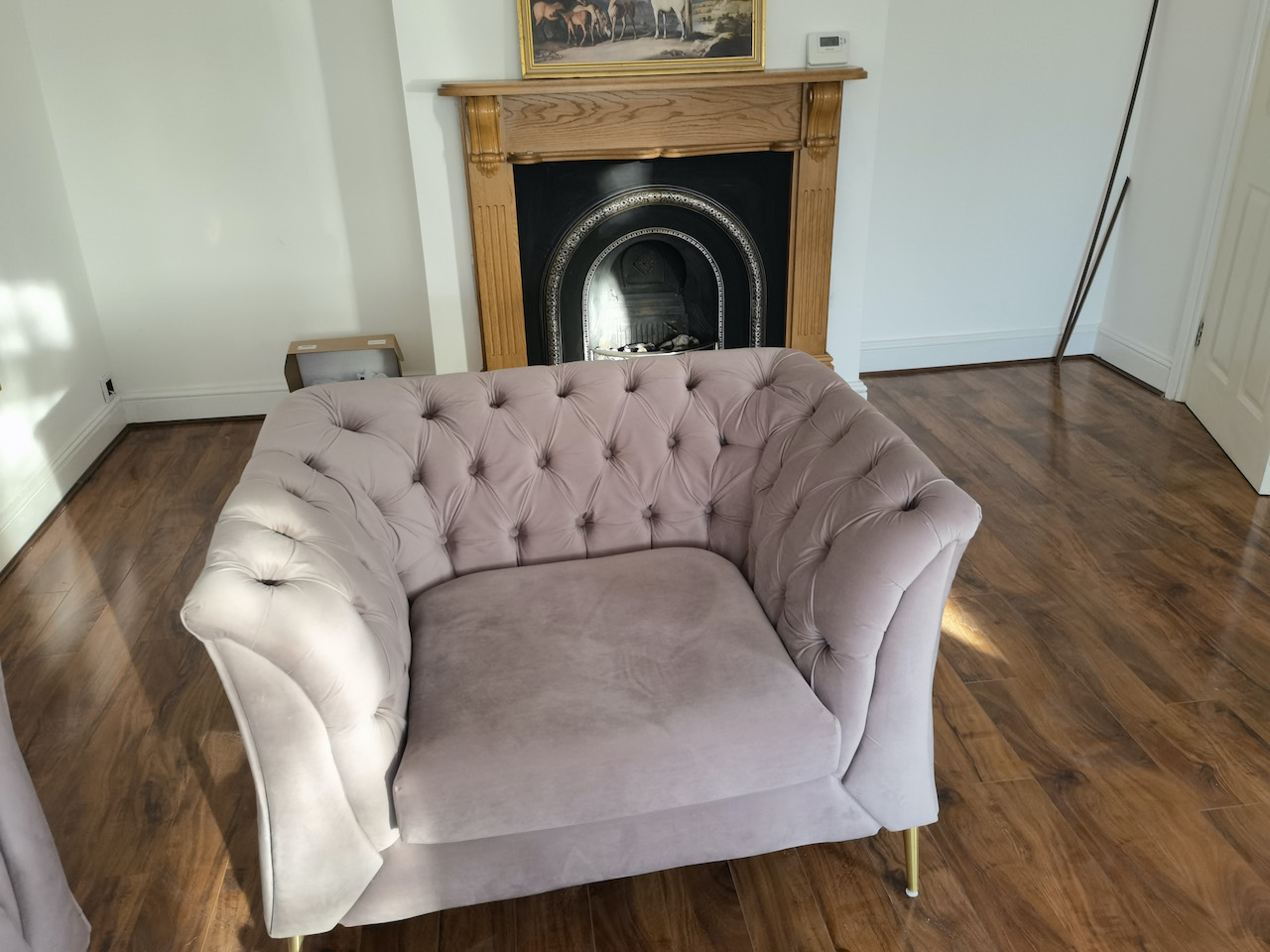 Three-seater sofa and Chesterfield Modern armchair on golden legs